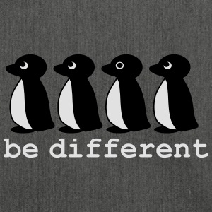 be different Pinguine in einer Reihe Pullover & Hoodies - Schultertasche aus Recycling-Material