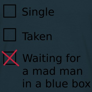 Single Taken Waiting for a mad man in a blue box Sweaters - Mannen T-shirt