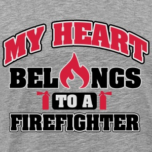 My heart belongs to a firefighter Bluzy - Koszulka męska Premium