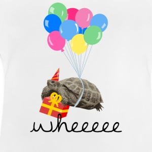 Vit turtle with gift and balloon T-shirts - Baby-T-shirt
