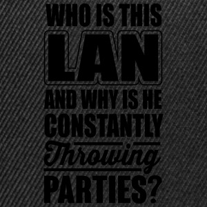 Who is this LAN and his parties? Camisetas - Gorra Snapback