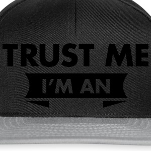 Trust Me I'm An (Your Text) Tee shirts - Casquette snapback