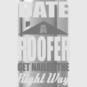 date a roofer, get nailed the right way Camisetas - Cantimplora