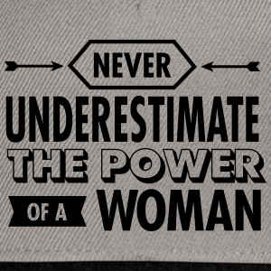 Never Underestimate The Power Of A Woman Camisetas - Gorra Snapback