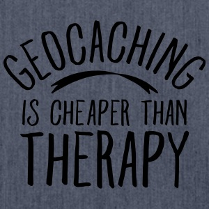 Geocaching Is CHeaper Than Therapy Therapy T-shirts - Schoudertas van gerecycled materiaal