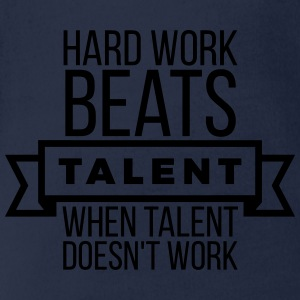 hard work beats talent when talent doesn't work Camisetas - Body orgánico de maga corta para bebé