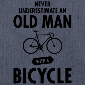 Never Underestimate An Old Man With A Bicycle T-shirts - Axelväska av återvinningsmaterial