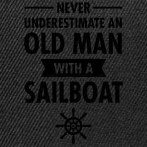Never Underestimate An Old Man With A Sailboat Tee shirts - Casquette snapback