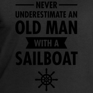 Never Underestimate An Old Man With A Sailboat T-shirts - Herresweatshirt fra Stanley og Stella