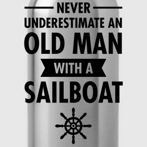 Never Underestimate An Old Man With A Sailboat T-skjorter - Drikkeflaske