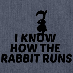 I know how the rabbit runs Hasen Kaninchen Spruch - Schultertasche aus Recycling-Material