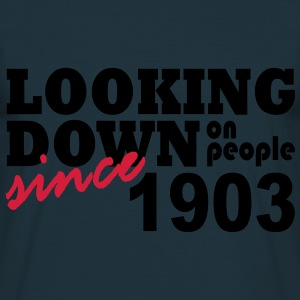 looking down on people - Mannen T-shirt