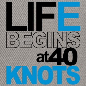 Life begins at 40 knots T-shirts - Snapbackkeps