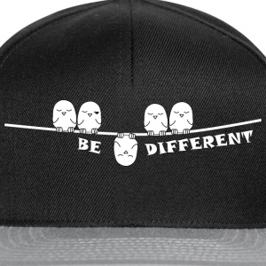 be_different_weiss T-Shirts - Snapback Cap