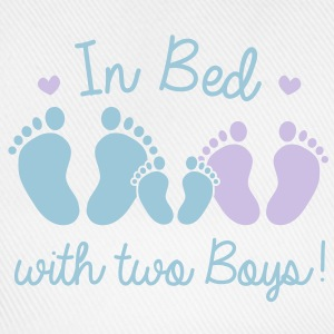 in bed with two boys T-shirts - Baseballcap