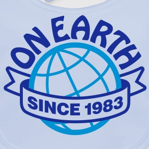 On Earth Since 1983 2 (2c)++ Barn-T-shirts - Ekologisk babyhaklapp