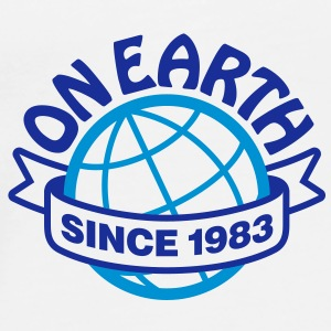 On Earth Since 1983 2 (2c)++ Tassen - Mannen Premium T-shirt