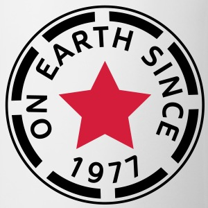 on earth since 1977 (de) T-Shirts - Tasse