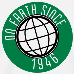 Birthday Design - On Earth since 1946 (sv) Tröjor - Premium-T-shirt herr