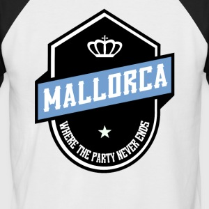 WHERE PARTY NEVER ENDS MALLORCA - Men's Baseball T-Shirt