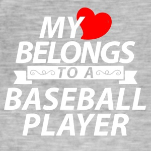My heart belongs to a Baseball Player - Männer Vintage T-Shirt