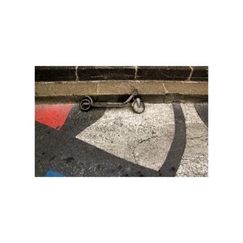 Trottinette. Quelque part dans une rue de Paris (F - Poster 90 x 60 cm