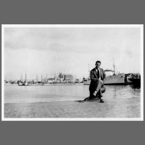 Foto | Vintage | Mann in Anzug sitzend vor Hafen
