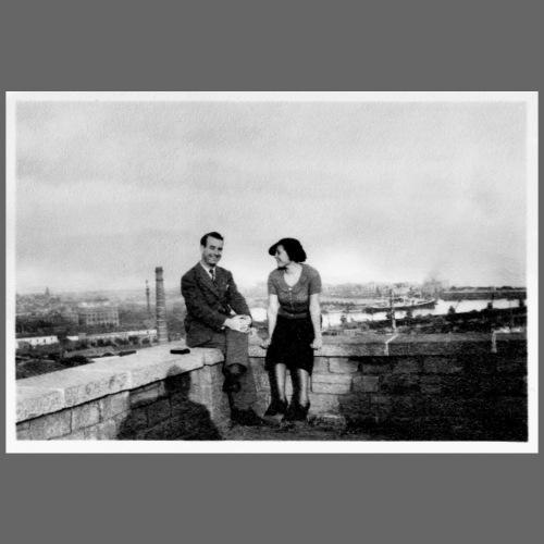 Verliebtes Paar auf Mauer sitzend | Vintage Shirt
