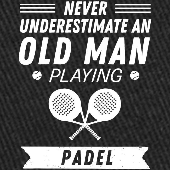 Underskatta Aldrig En Äldre Man Som Spelar Padel