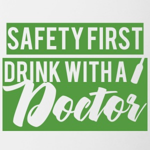 Arts / Doctor: Safety First. Drink met een arts. - Mok tweekleurig