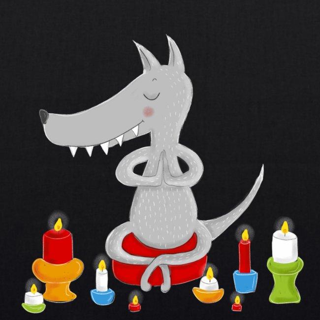 Zahmer Yoga Wolf am meditieren mit Kerzen