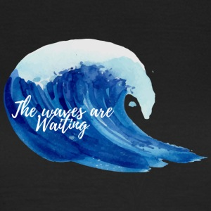 Surfer / Surfen: The Waves Are Waiting - Frauen T-Shirt
