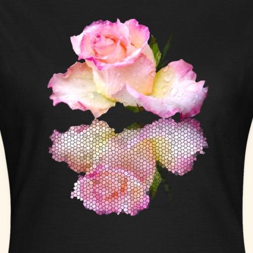 pinke Rose mit Regentropfen im Spiegel, rosa Rosen - Frauen T-Shirt