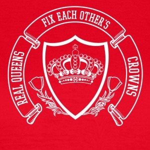 real queens fix each others crowns - Frauen T-Shirt
