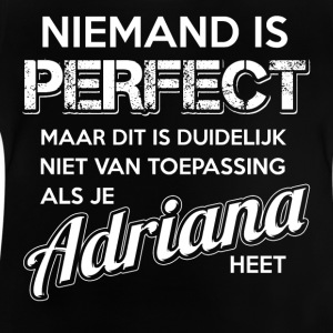 Niemand is perfect. Persoonlijk cadeau Adriana. - Baby T-shirt