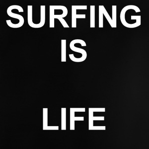 Surfing er LIFE - Baby T-shirt