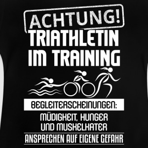 Achtung, Triathletin im Training - Baby T-Shirt