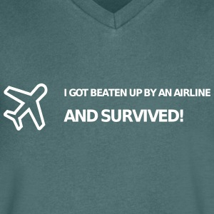 I got beaten up by an airline and survived! - Männer T-Shirt mit V-Ausschnitt