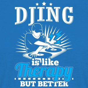 DJING IS LIKE THERAPY BUT BETTER - Männer T-Shirt