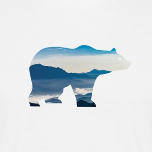 Bear in mountains - Männer T-Shirt