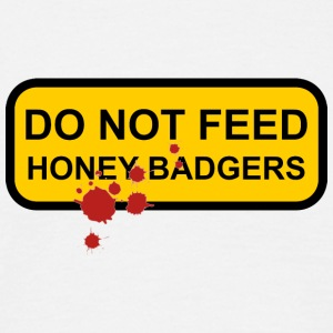 Do not feed honey badgers yellow sign - Men's T-Shirt
