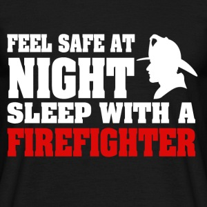 Feel Safe At Night Sleep With A Firefighter - Männer T-Shirt