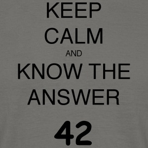 KEEP CALM AND KNOW THE ANSWER 42 - Männer T-Shirt