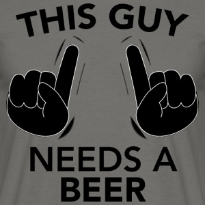THIS GUY NEEDS A BEER schwarz - Männer T-Shirt