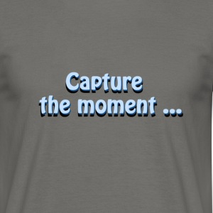 capture the moment photographer`s slogan - Men's T-Shirt