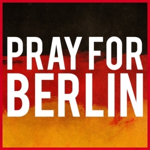 PRAY FOR BERLIN. BETTE FOR BERLIN - Men's T-Shirt