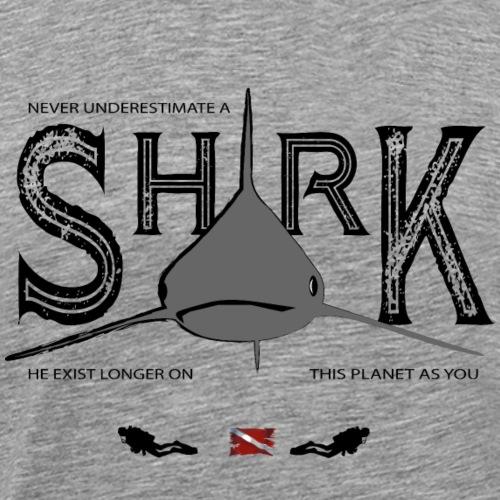 Unterschätze nie einen Hai... helle Shirts - Männer Premium T-Shirt