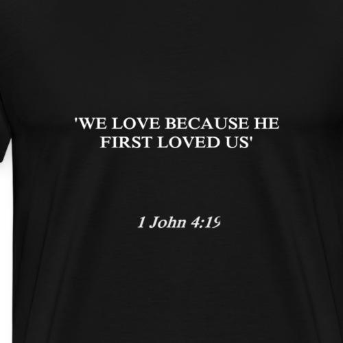 1 John 4:19 white lettered - Mannen Premium T-shirt