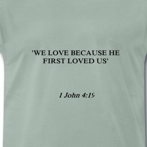 1 John 4:19 black lettered - Mannen Premium T-shirt