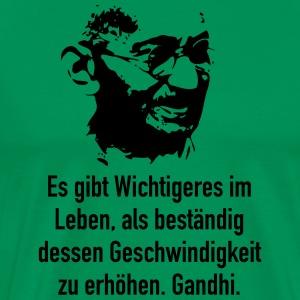 gandhi-es-gibt-wichtigeres-im-leben-als-bestae-maenner-premium-t-shirt.jpg